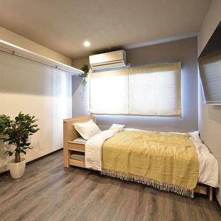 他の地域の小さいモダンスタイルのおしゃれな寝室 (白い壁、塗装フローリング、グレーの床) のレイアウト