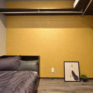 Diseño de dormitorio minimalista, pequeño, con paredes amarillas, suelo de madera pintada y suelo gris
