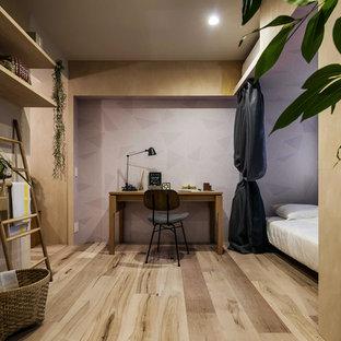 他の地域のコンテンポラリースタイルのおしゃれな寝室 (紫の壁、塗装フローリング、茶色い床)