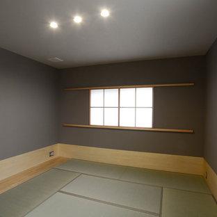 Inredning av ett asiatiskt mellanstort huvudsovrum, med grå väggar och tatamigolv