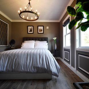 他の地域のトランジショナルスタイルのおしゃれな寝室 (グレーの壁、無垢フローリング、茶色い床)