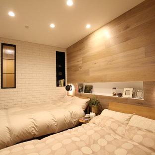 Ejemplo de dormitorio escandinavo con paredes multicolor, suelo de madera clara y suelo marrón