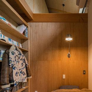 Foto de dormitorio principal, actual, pequeño, sin chimenea, con paredes multicolor, suelo de contrachapado y suelo multicolor