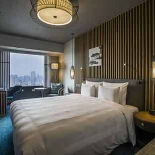 Geräumiges Skandinavisches Gästezimmer ohne Kamin mit brauner Wandfarbe, Teppichboden, grünem Boden, Tapetendecke und Holzwänden in Osaka