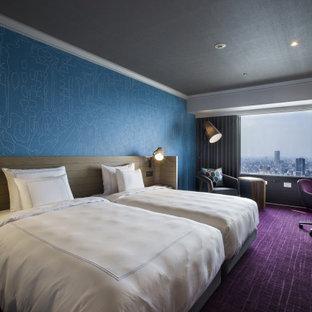 Imagen de habitación de invitados papel pintado, nórdica, extra grande, sin chimenea, con paredes azules, moqueta, suelo violeta, papel pintado y papel pintado