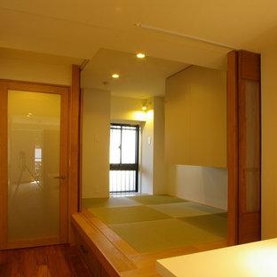 Foto de dormitorio principal, moderno, con paredes blancas, tatami y suelo beige