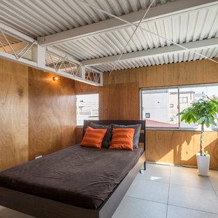 東京23区のインダストリアルスタイルのおしゃれな寝室 (茶色い壁、グレーの床) のレイアウト