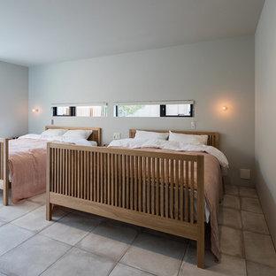 他の地域のコンテンポラリースタイルのおしゃれな寝室 (グレーの壁、コンクリートの床、グレーの床) のレイアウト