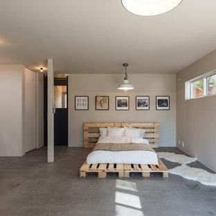 他の地域のコンテンポラリースタイルのおしゃれな寝室 (白い壁、コンクリートの床、グレーの床)
