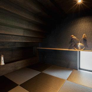 Foto de habitación de invitados escandinava, pequeña, sin chimenea, con paredes negras, tatami y suelo negro