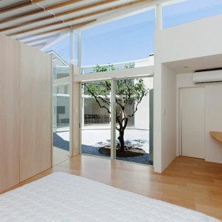 Foto di una camera matrimoniale moderna con pareti bianche, pavimento in legno verniciato, nessun camino, pavimento beige, travi a vista e pareti in perlinato
