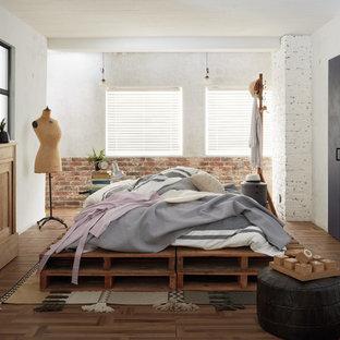 東京23区のインダストリアルスタイルのおしゃれな寝室 (白い壁、無垢フローリング、茶色い床) のインテリア