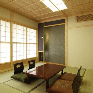 Inredning av ett amerikanskt stort gästrum, med beige väggar, tatamigolv och grönt golv