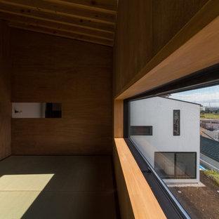 Неиссякаемый источник вдохновения для домашнего уюта: спальня среднего размера на антресоли в восточном стиле с белыми стенами, татами, печью-буржуйкой, фасадом камина из бетона и бежевым полом