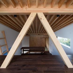 Свежая идея для дизайна: спальня среднего размера на антресоли в восточном стиле с синими стенами, темным паркетным полом, печью-буржуйкой, фасадом камина из бетона и коричневым полом - отличное фото интерьера