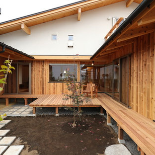 東京都下のアジアンスタイルのおしゃれな中庭 (デッキ材舗装) の写真