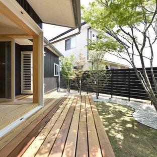 他の地域の広い、夏のアジアンスタイルのおしゃれな横庭 (屋外コート、日向、デッキ材舗装) の写真