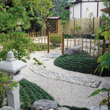 みす垣と四ツ目垣を配した本格和風庭園