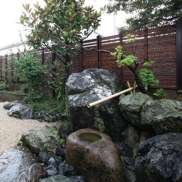 みす垣の美しさが調和した和風庭園