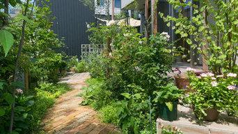 アンティークレンガの小道とグリーンが鮮やかな一宮市の庭