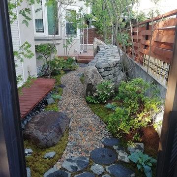 ウッドフェンスと小石のアプローチ