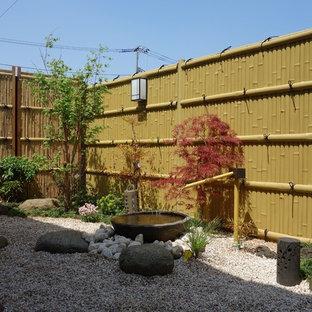 Geometrischer, Halbschattiger, Mittelgroßer Asiatischer Kiesgarten hinter dem Haus mit Wasserspiel in Sonstige