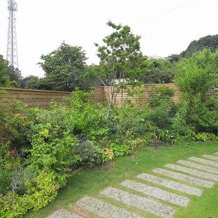 他の地域のカントリー風おしゃれな庭 (庭への小道、日向、天然石敷き) の写真