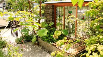 ステンドグラスの小庭