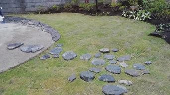 あられこぼし風敷石と石積みの庭