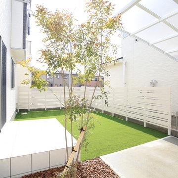 ホワイト板塀と人工芝