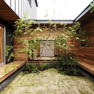 Foto på en funkis trädgård i full sol, med trädäck