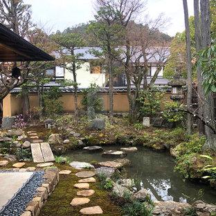京都の広い和風のおしゃれな整形庭園の写真