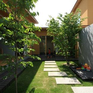 Cette image montre un jardin nordique de taille moyenne et l'été avec un mur de soutènement, une exposition ensoleillée et des pavés en béton.