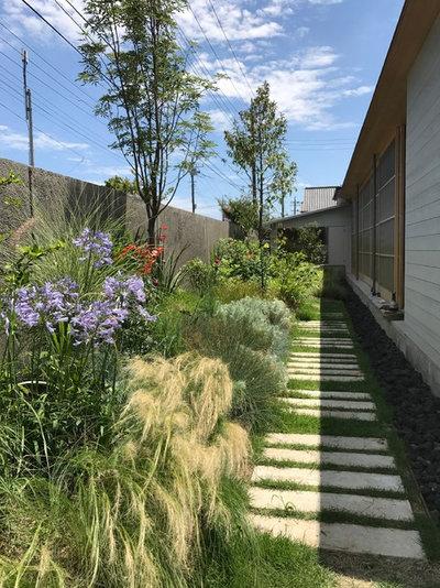 Modern Garden by 手嶋保建築事務所