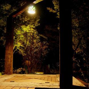 Geräumiges, Schattiges Asiatisches Garten im Innenhof im Sommer mit Auffahrt, Kamin und Dielen in Sonstige