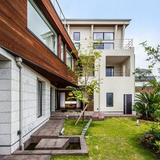 Geometrischer, Großer Asiatischer Vorgarten im Sommer mit Kamin, direkter Sonneneinstrahlung und Natursteinplatten in Kobe