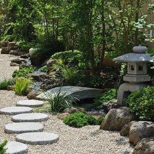 Idée de décoration pour un jardin asiatique avec une exposition partiellement ombragée, du gravier et un chemin.