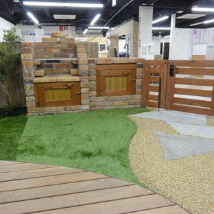 Idées déco pour un jardin campagne de taille moyenne et au printemps avec un portail et des pavés en pierre naturelle.