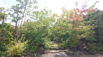 小川の流れる雑木の庭