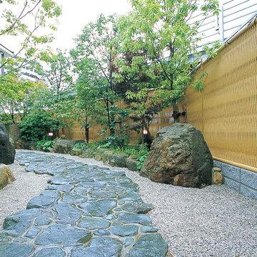 庭石や植栽と大津垣が見事に調和