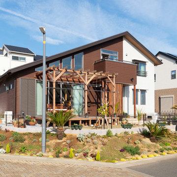 心地よい風を受けながら庭越しに海が見える佐島の丘の家