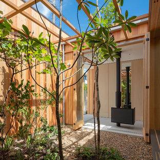 大阪の小さい、夏のアジアンスタイルのおしゃれな中庭 (屋外暖炉、砂利舗装、屋外コート、日向) の写真