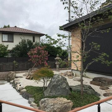 石積みの上の石庭