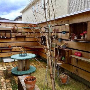 Foto di un piccolo giardino industriale esposto a mezz'ombra in cortile in inverno con pavimentazioni in mattoni