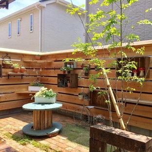 他の地域の小さい、夏のラスティックスタイルのおしゃれな中庭 (半日向、レンガ敷き) の写真
