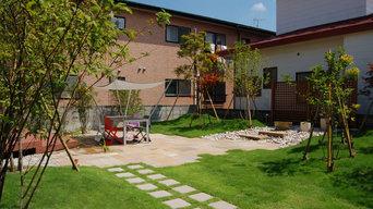 自然石と芝を敷き詰めた広い庭 生活を豊かにする外での暮らし