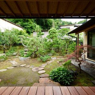 他の地域の大きいアジアンスタイルのおしゃれな庭 (庭への小道、天然石敷き) の写真