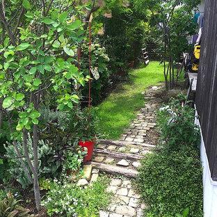 東京都下の小さい、夏のモダンスタイルのおしゃれな前庭 (私道、庭への小道、日向、天然石敷き) の写真
