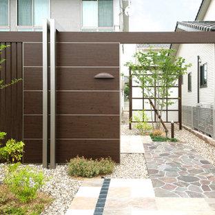 Asiatischer Garten mit Gartenweg und Natursteinplatten