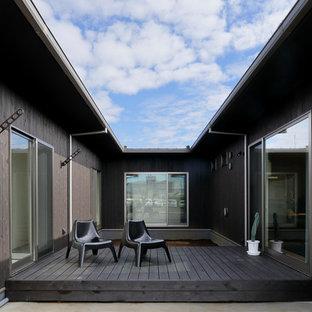 東京23区の小さいコンテンポラリースタイルのおしゃれな中庭 (デッキ材舗装) の写真